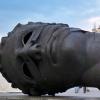 "\""Eros Bendato\"" von Igor Mitoraj (Krakau, am Rathausturm)"