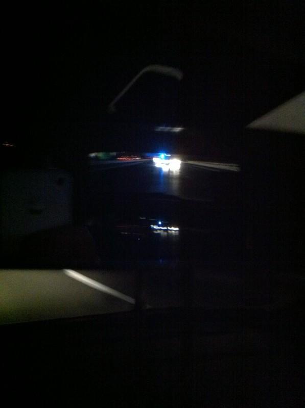 """Aus der Serie """"Schlechte Handyfotos"""". Das Blaue ist das Blaulicht der Polizei im Rückspiegel meines Autos."""