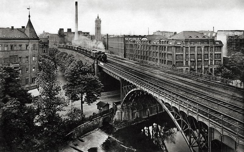 Eisenbahnviadukt über das Chemnitztal, im Hintergrund die bedeutende Maschinenfabrik von Schubert & Salzer (Architekt: Erich Basarke), Fotografie um 1900